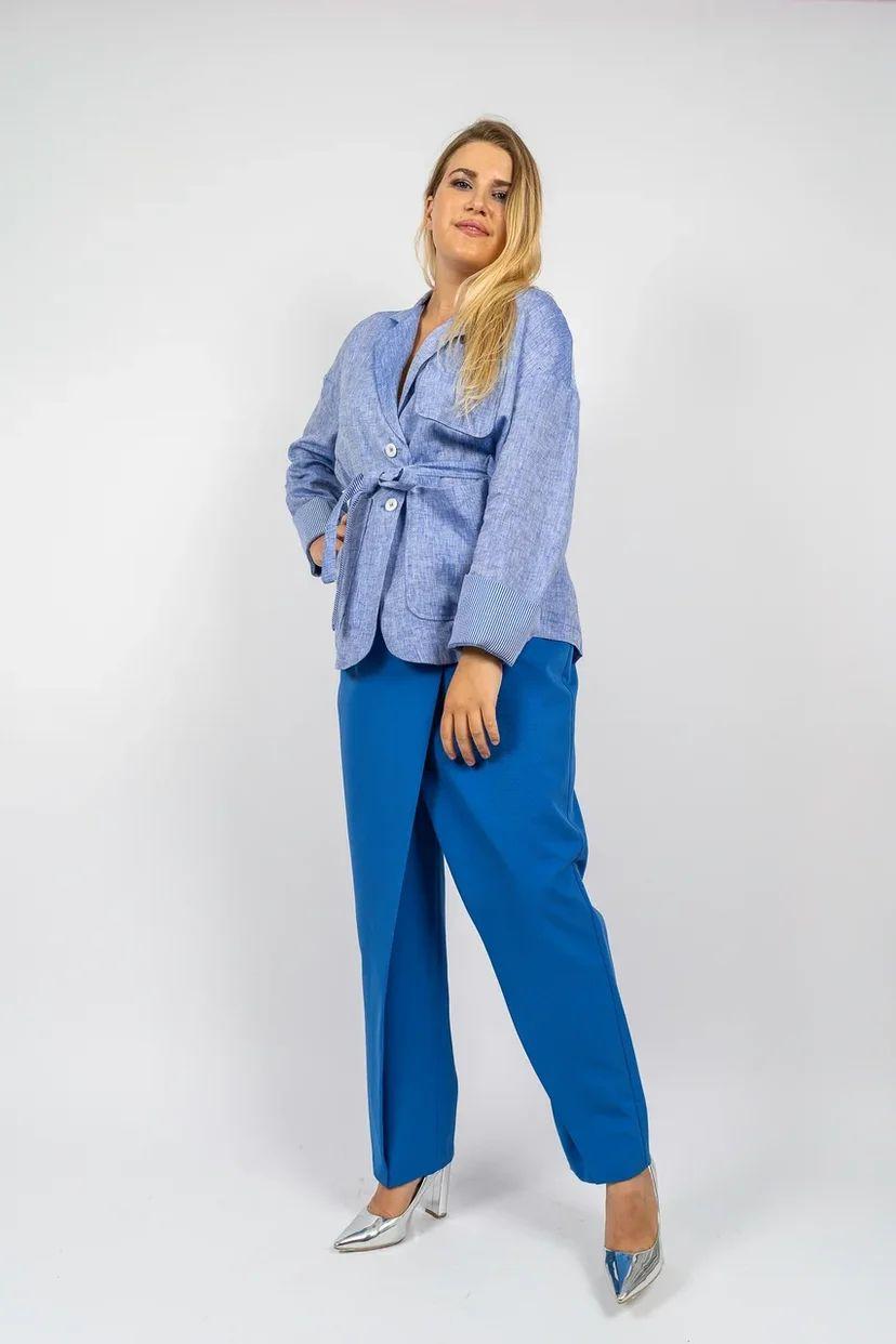 Женский льняной жакет оверсайз с поясом голубого цвета
