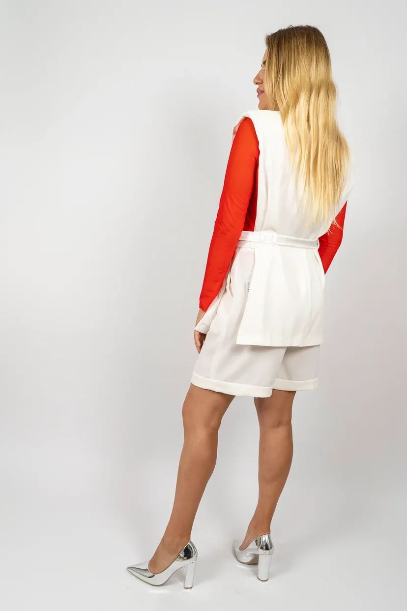 Костюм с шортами и жилетом белого цвета