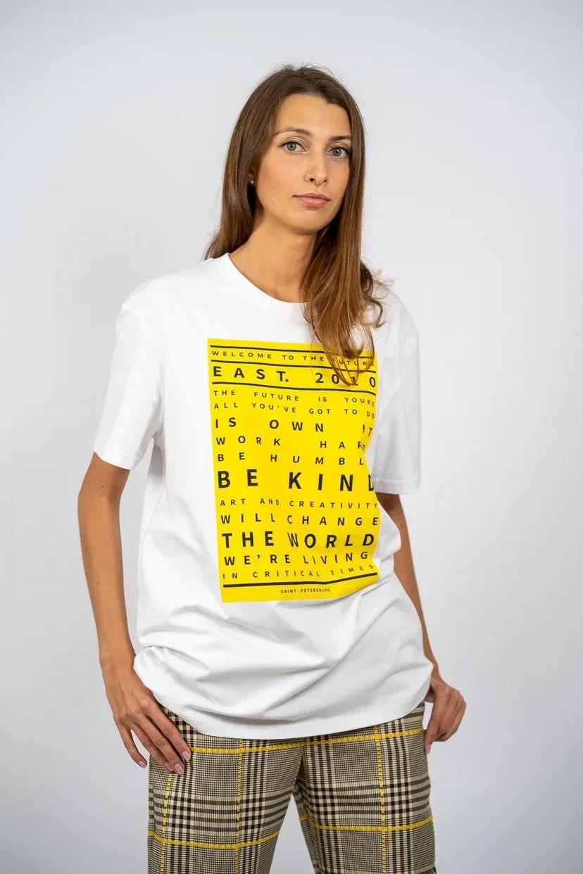 Футболка оверсайз с ярко-желтым принтом