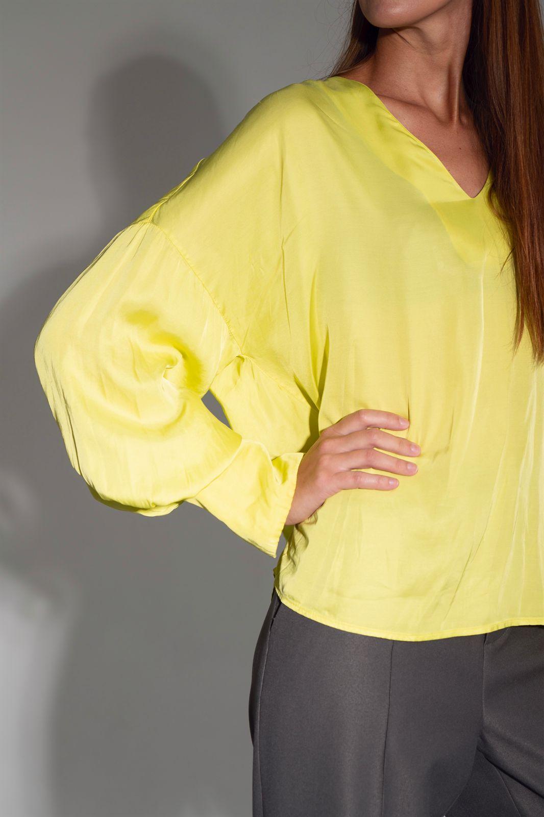 Лаймовая блуза с рукавами-буфами и V-образным вырезом
