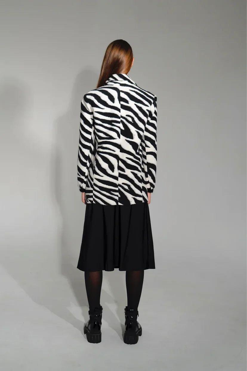Двубортное пальто зебра средней длины