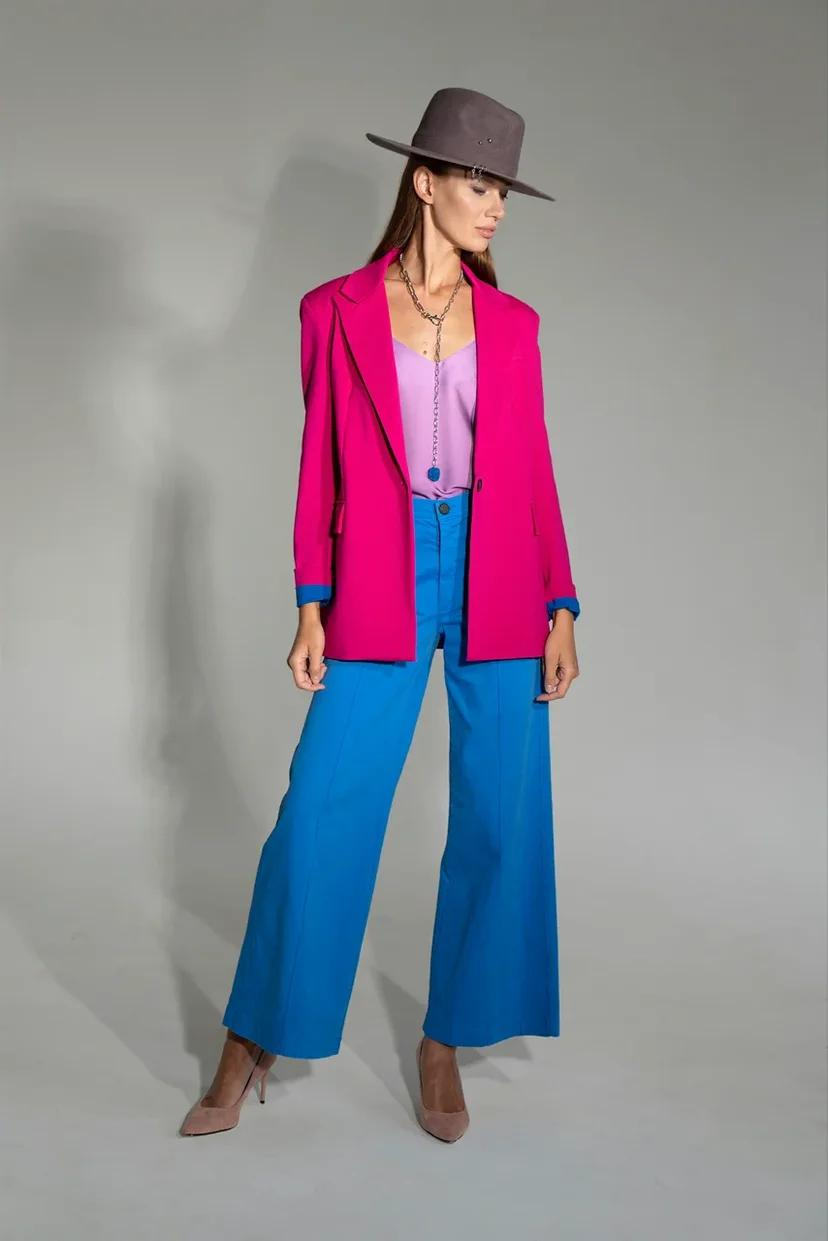 Широкие джинсы на завышенной посадке со стрелками василькового цвета