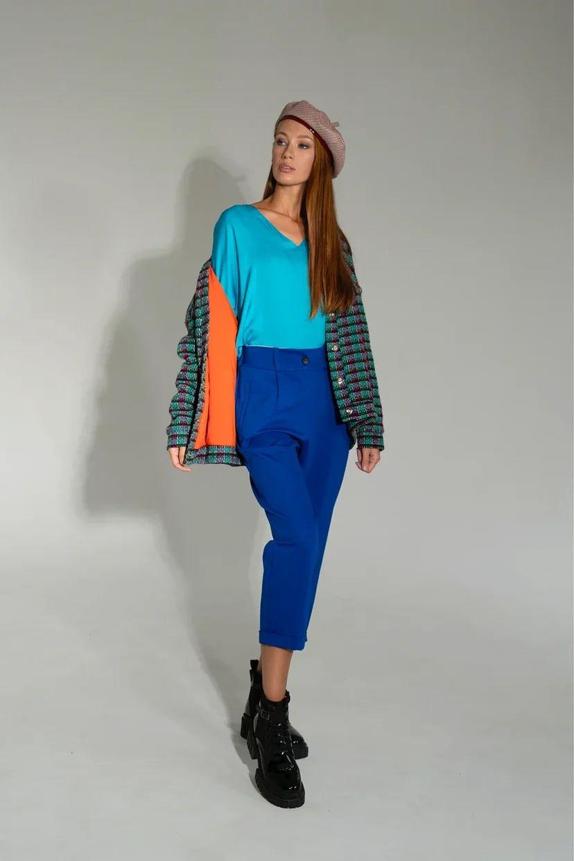 Голубая блуза с рукавами-буфами и V-образным вырезом