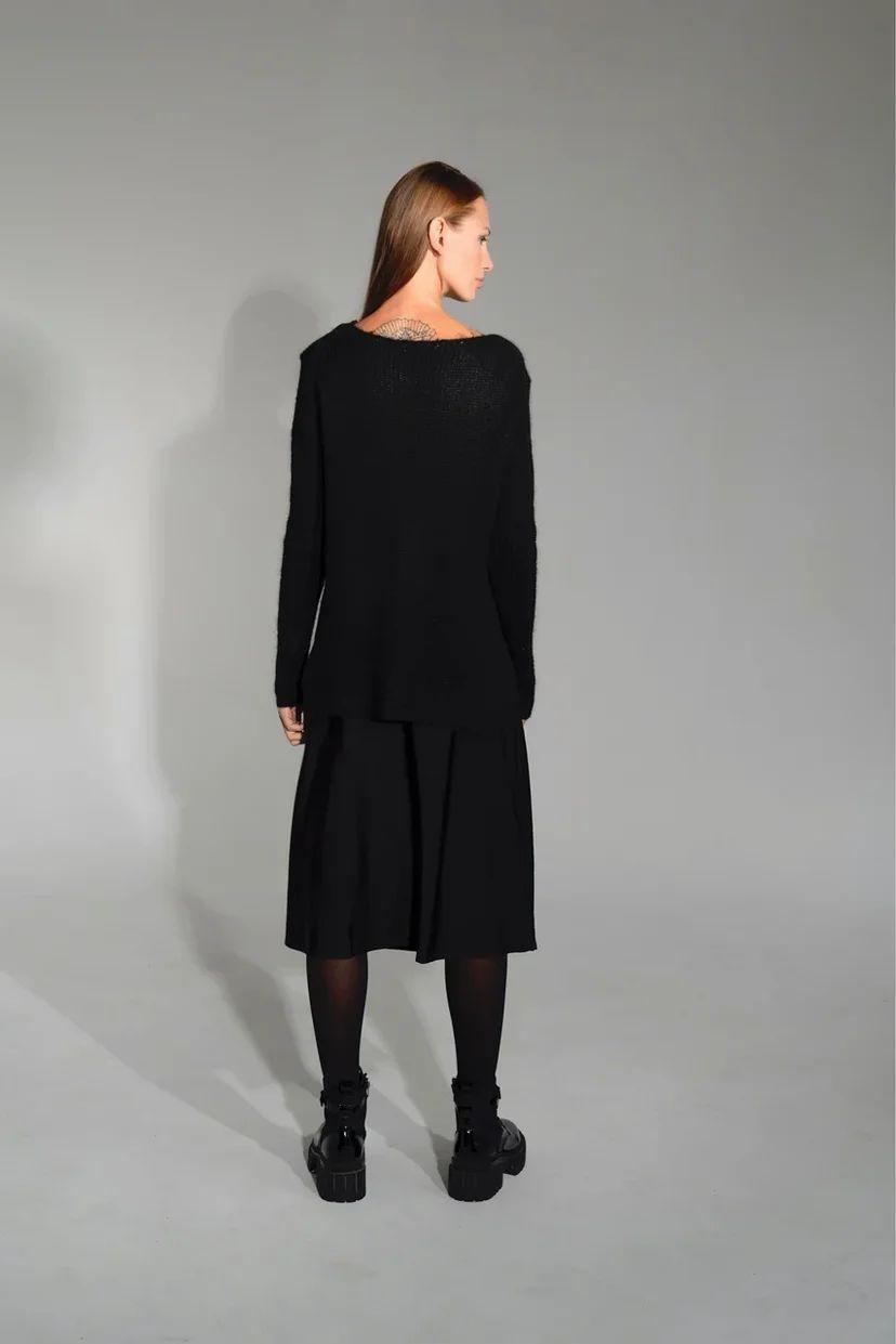 Тонкий свитер с разрезами по бокам чёрного цвета