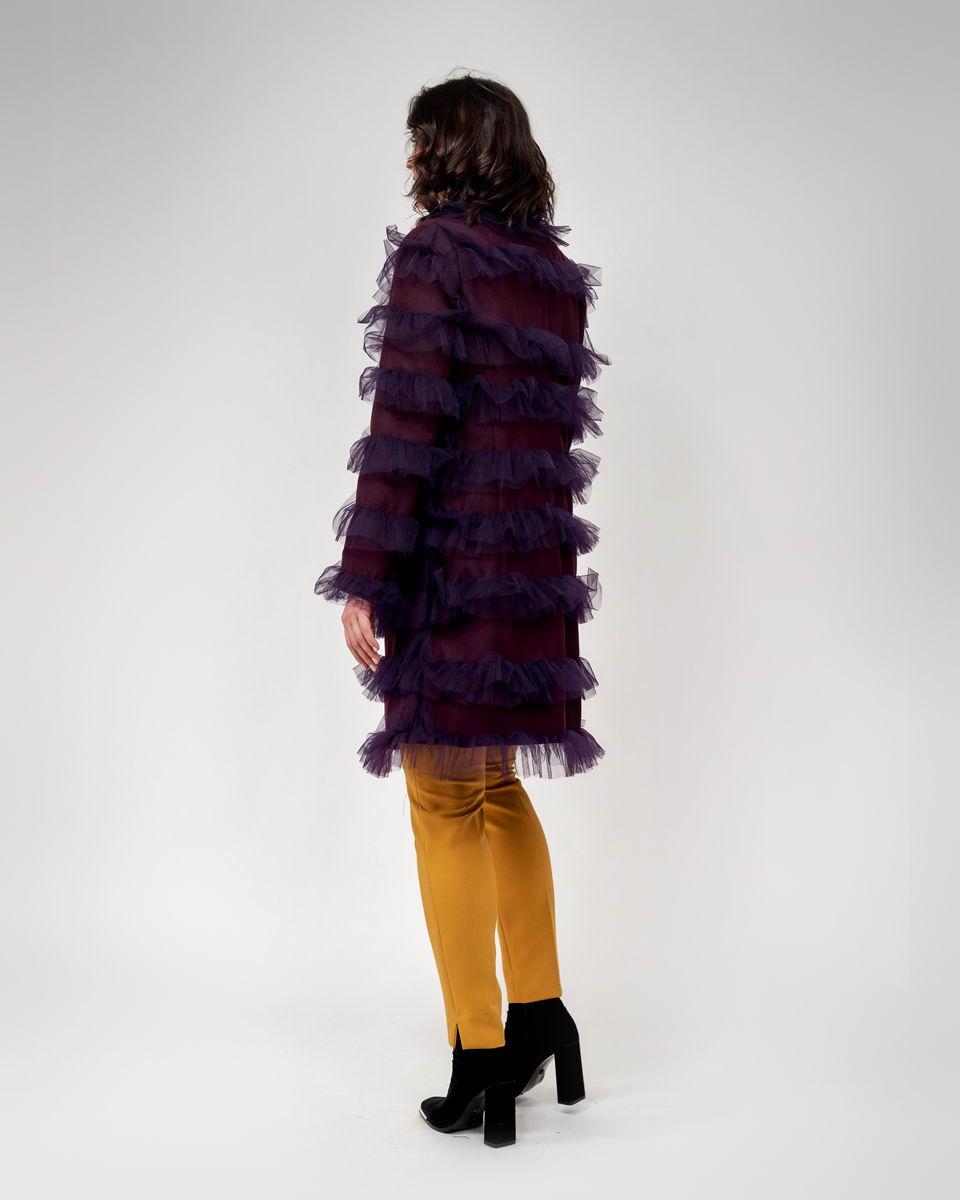 Пальто с эффектными воланами баклажанового цвета