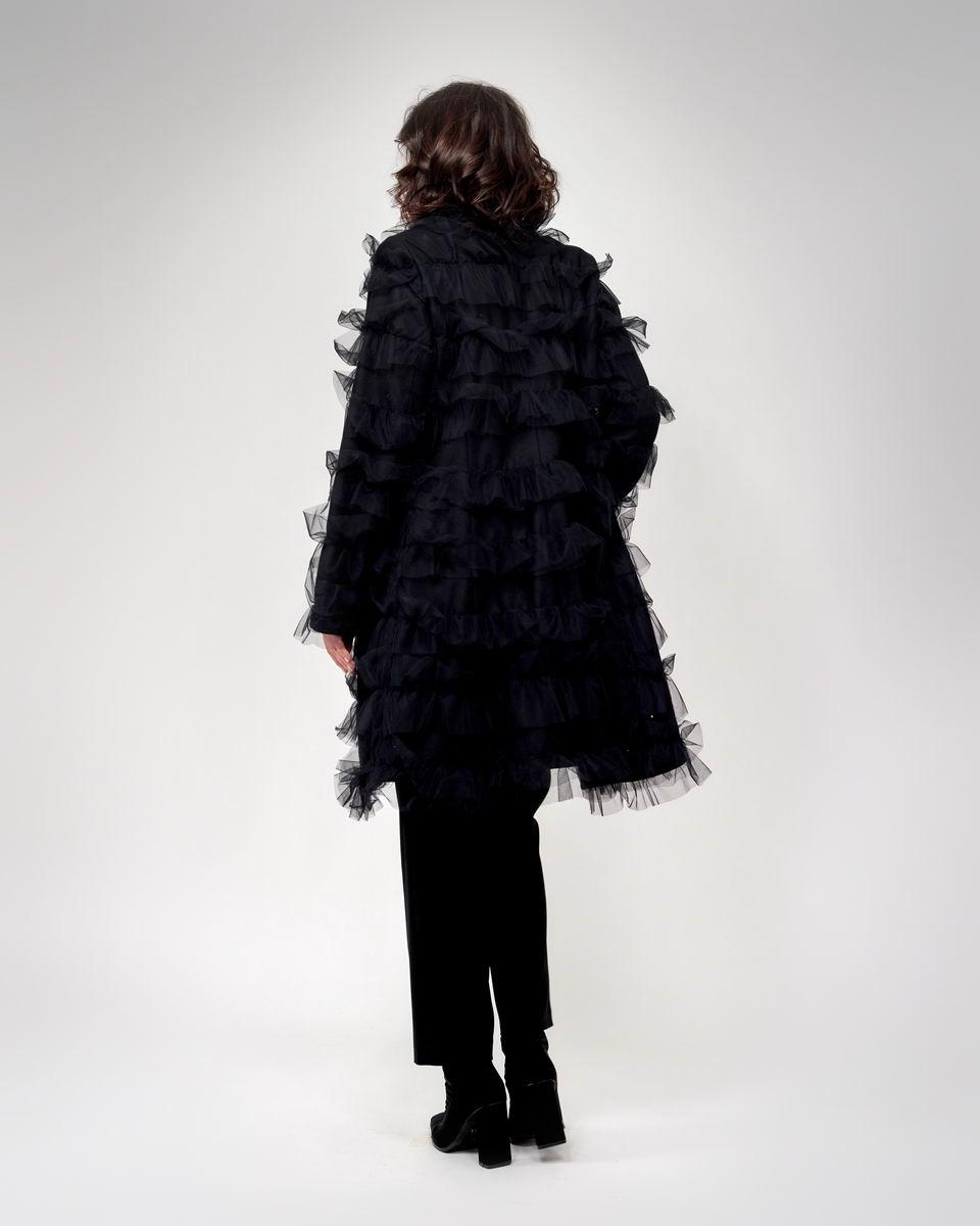 Пальто с эффектными воланами из фатина черное