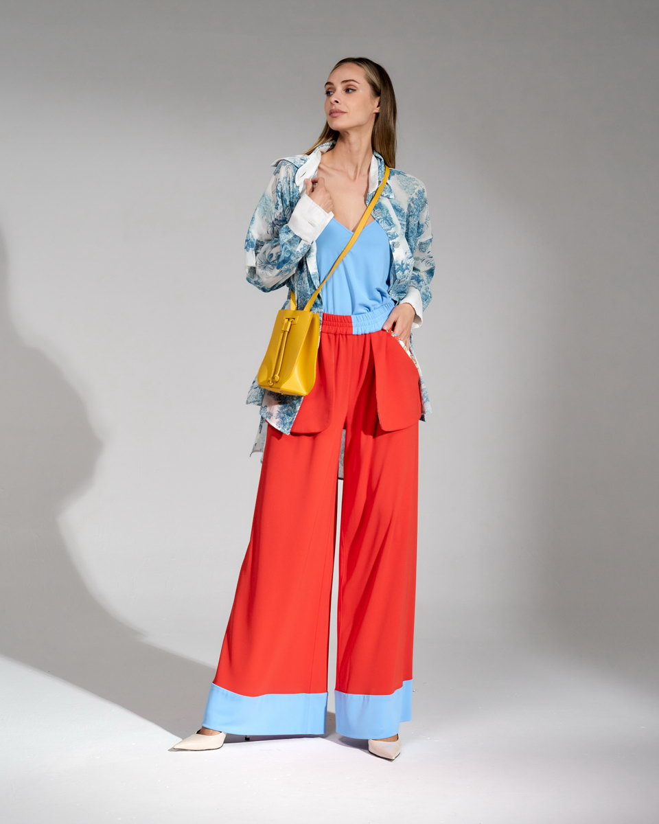 Брюки-палаццо красного цвета на резинке и широкими манжетами голубого цвета