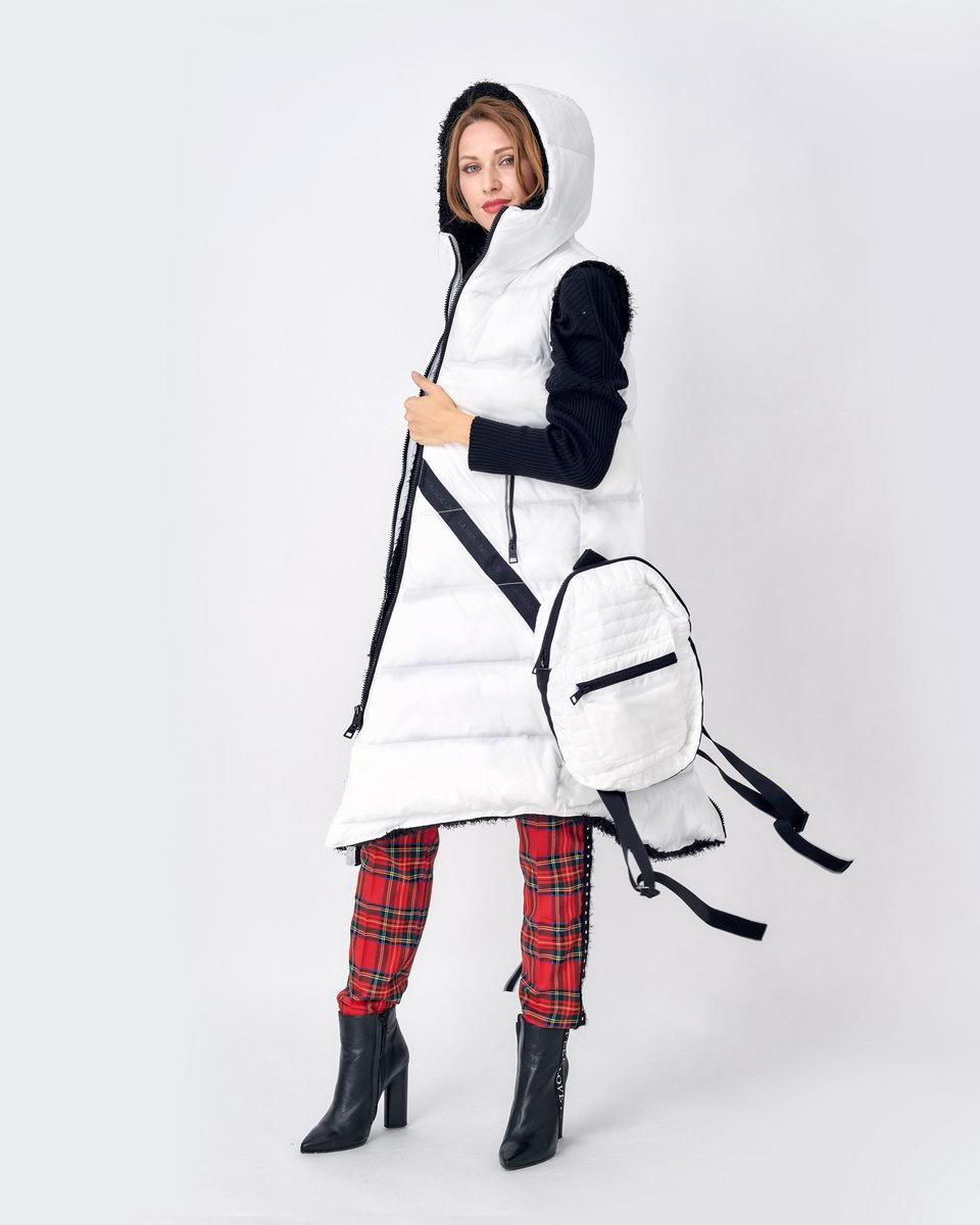 Жилет белый на синтепоне с ворсистой изнанкой и рюкзаком