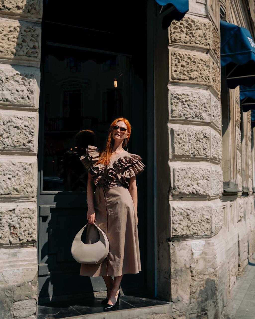 Платье на пуговицах приталенное с пышным, волнистым верхом