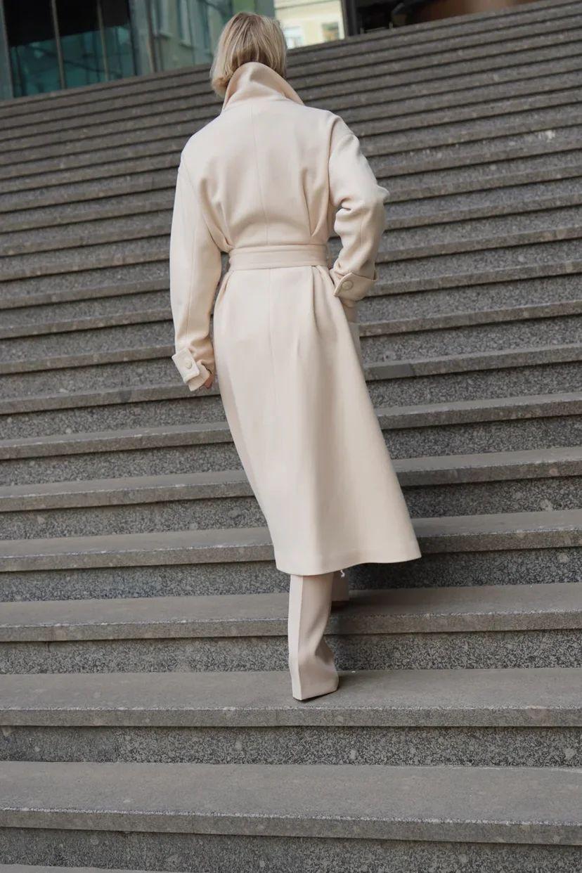 Пальто миди приталенное с воротником-стойкой бежевого цвета