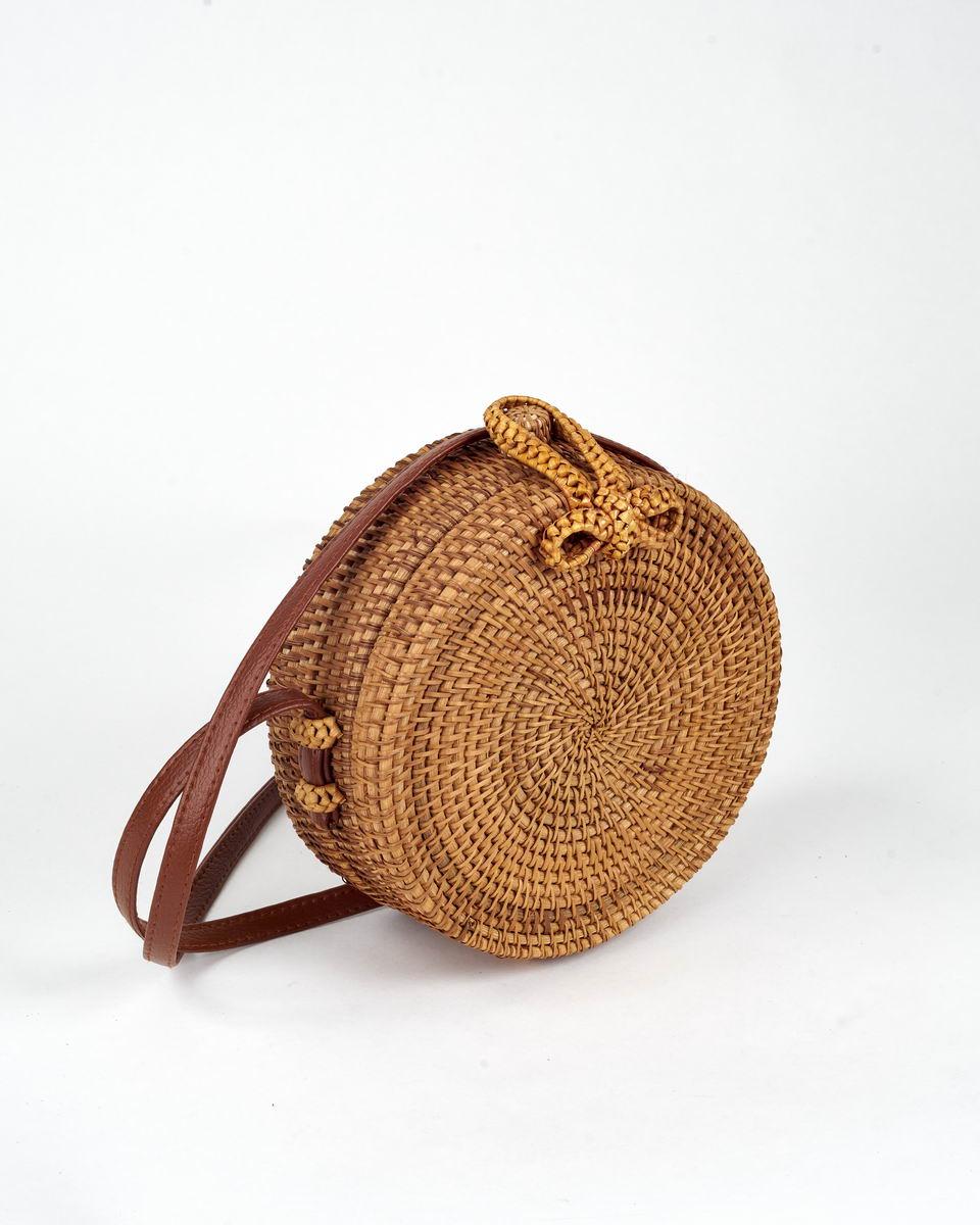 Плетеный из соломы клатч круглой формы
