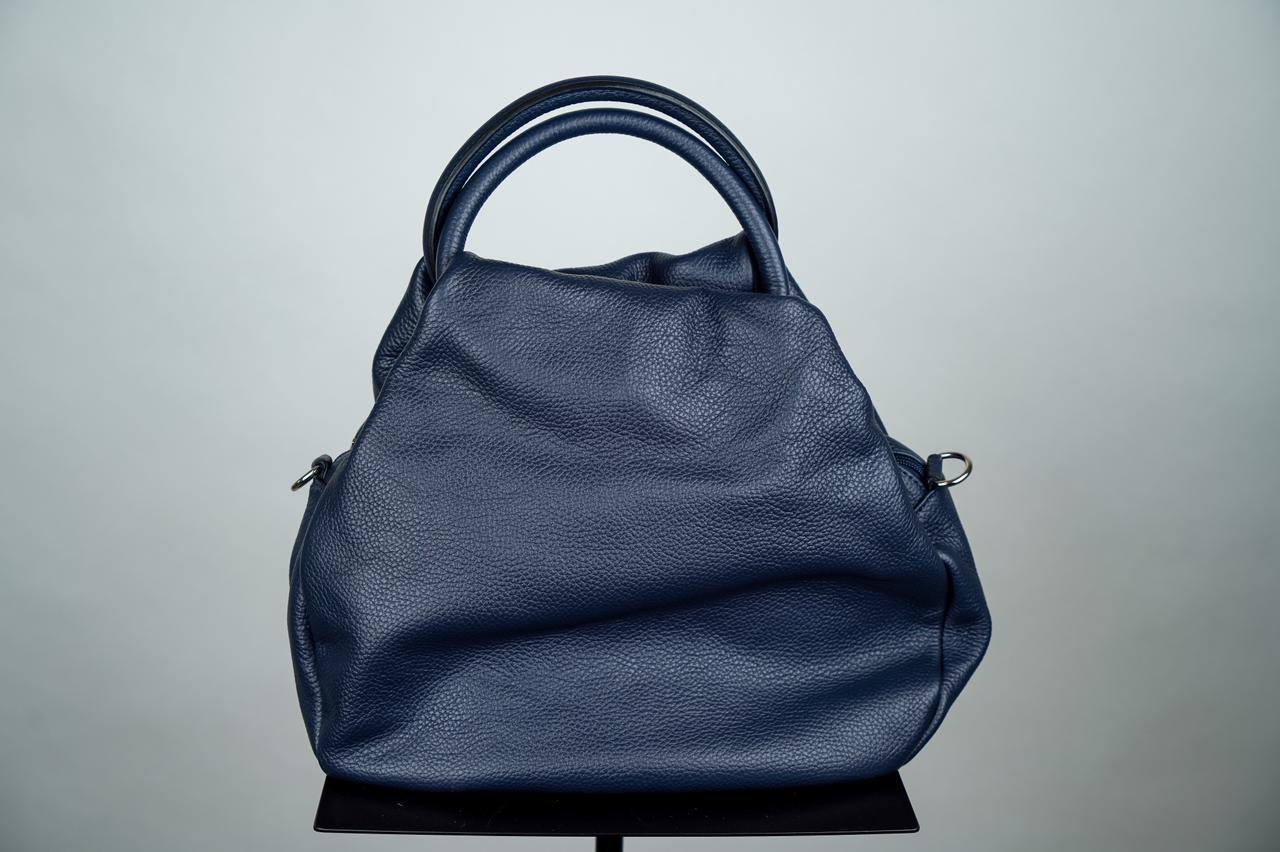 Плоская сумка мягкой формы черного цвета с круглой ручкой