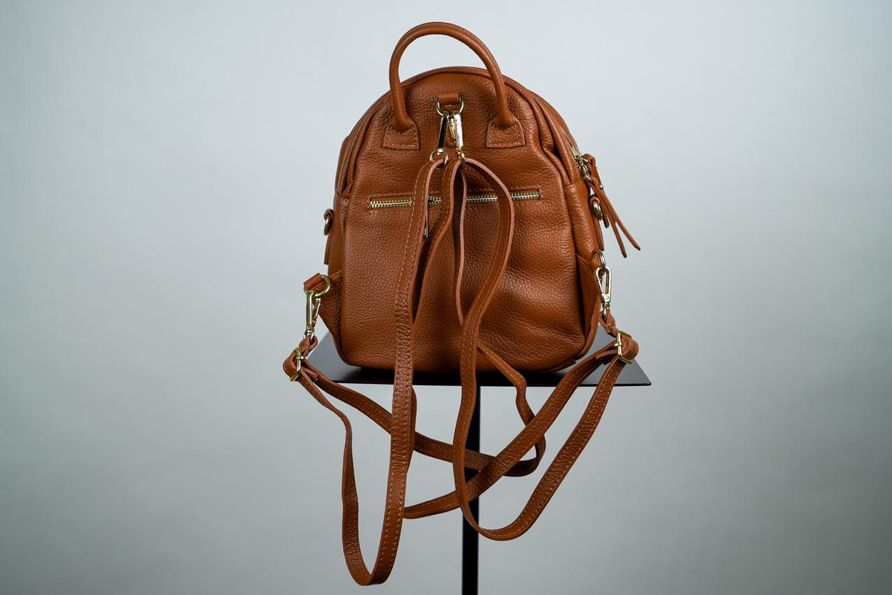 Миниатюрный, полукруглый  рюкзак со съемными ручками рыжего цвета