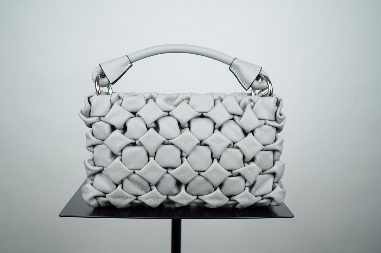 Миниатюрная сумка из плетёной кожи серого  цвета