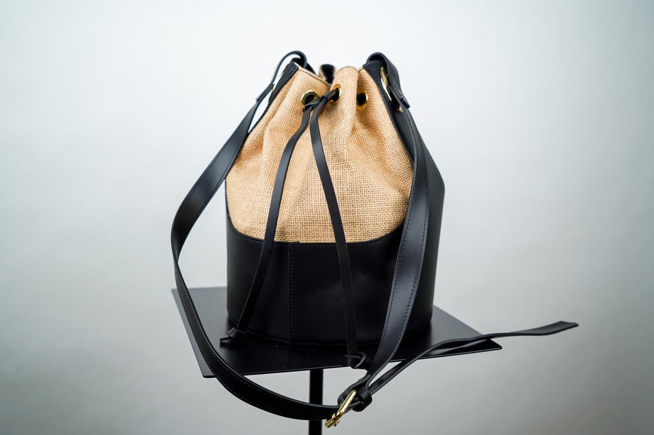 Сумка- мешок с жестким каркасом черногос бежевым цвета