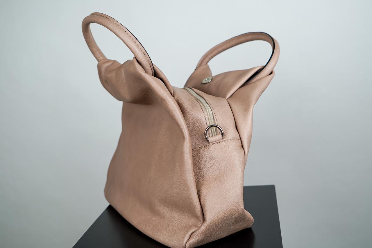 Плоская сумка мягкой формы светло-карамельного цвета с круглой ручкой