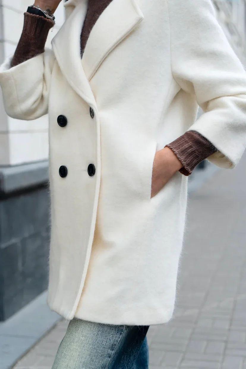 Двубортное, белое пальто- жакет укороченное
