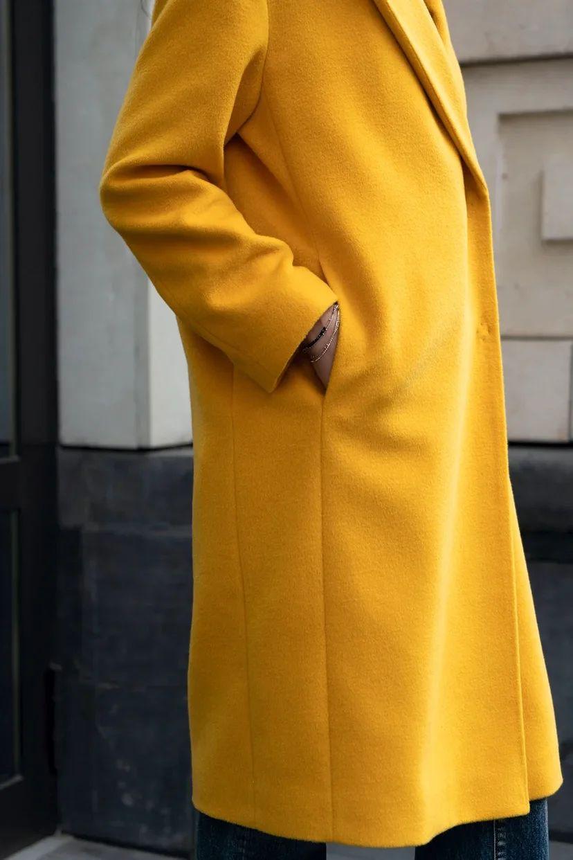 Классическое пальто свободного кроя с поясом жёлтое