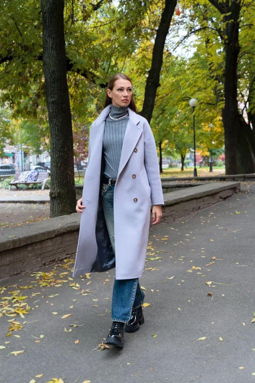 Двубортное пальто серого цвета с поясом